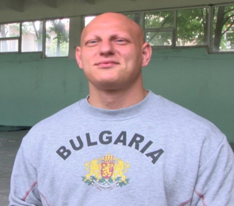 Хасковски борец заряза битка за медала, за да иде на работа