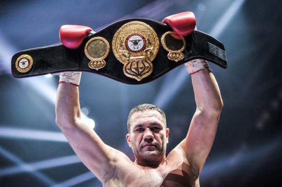 Тежка контузия най-вероятно вади Кубрат Пулев от мача му с Джошуа!!!
