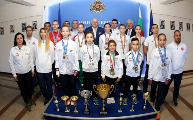Министър Кралев награди медалистите по таекуондо