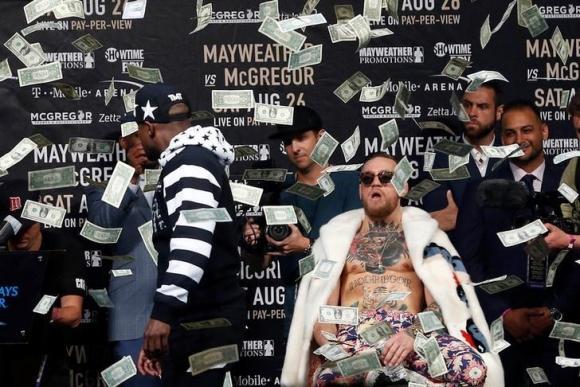 Флойд замери с пари Конър на поредната пресконференция преди мача им (ВИДЕО)