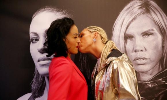 Боксьорка изненада съперничката си с целувка (ВИДЕО)