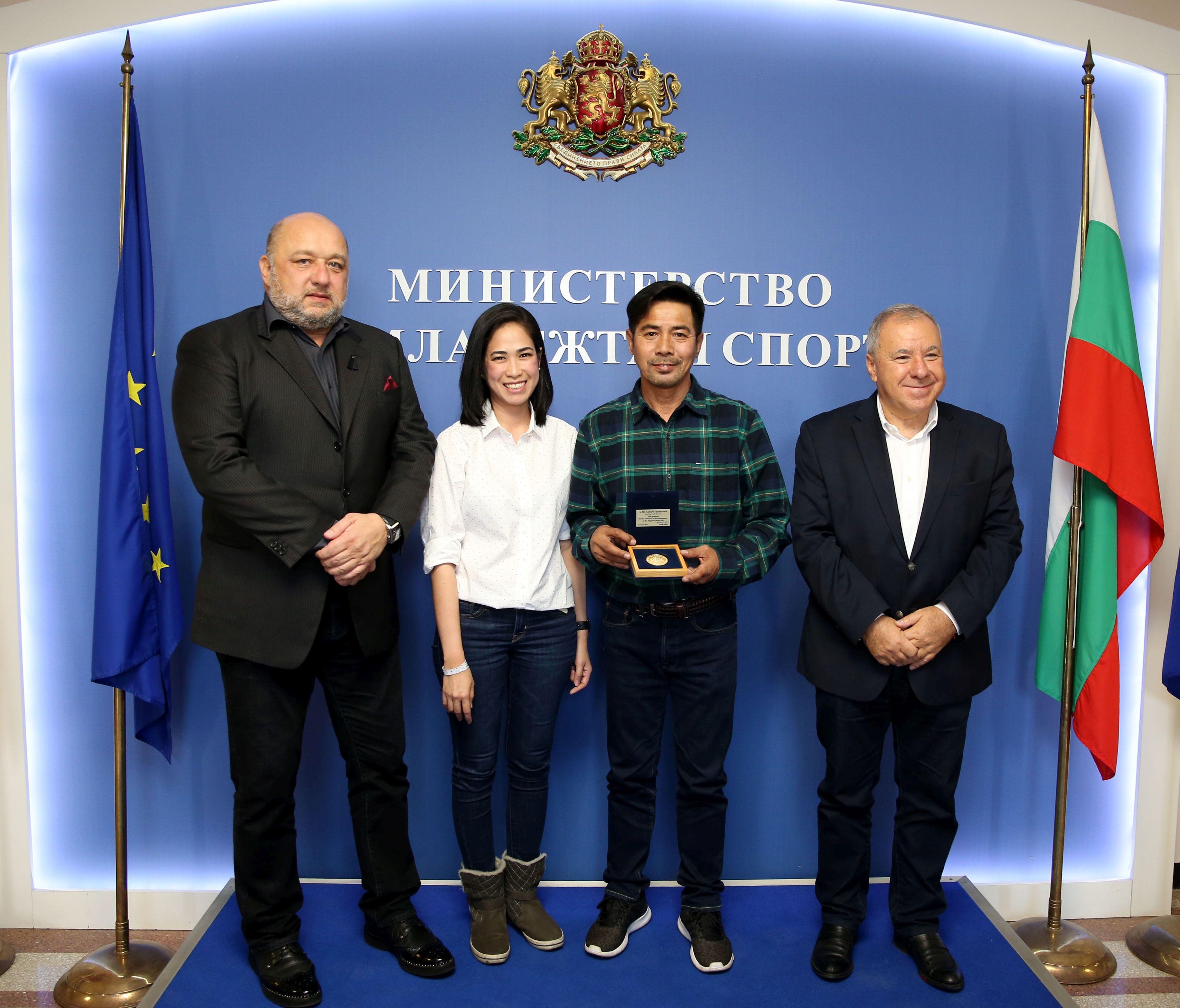 Министър Кралев награди легендата на световния муай тай Самарт Паякарун (ВИДЕО)