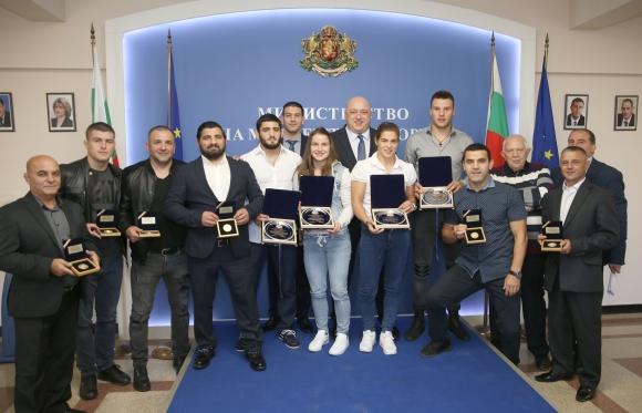 Кралев награди световната шампионка Тайбе и медалистите