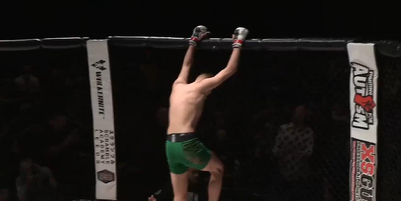 MMA боец спечели с нокаут, но се контузи празнувайки (ВИДЕО)