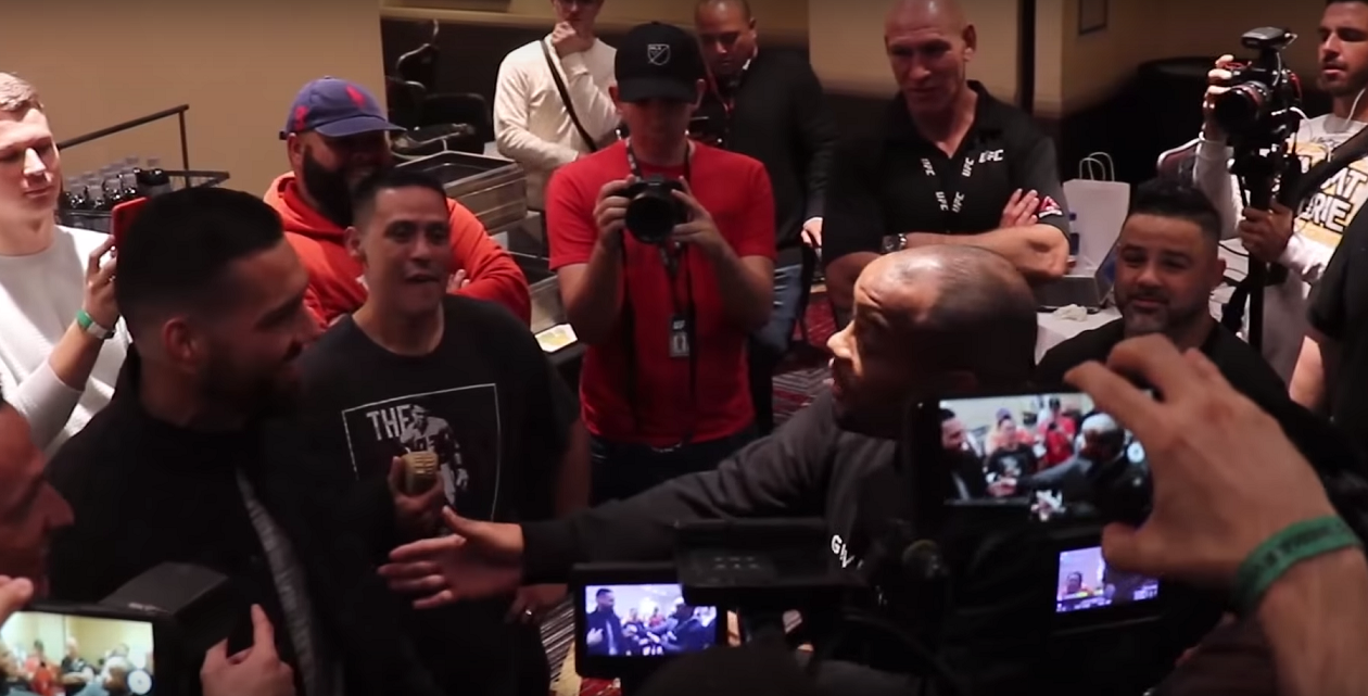 Даниел Кормие и Крис Уайдамн се хванаха на бас преди UFC 230