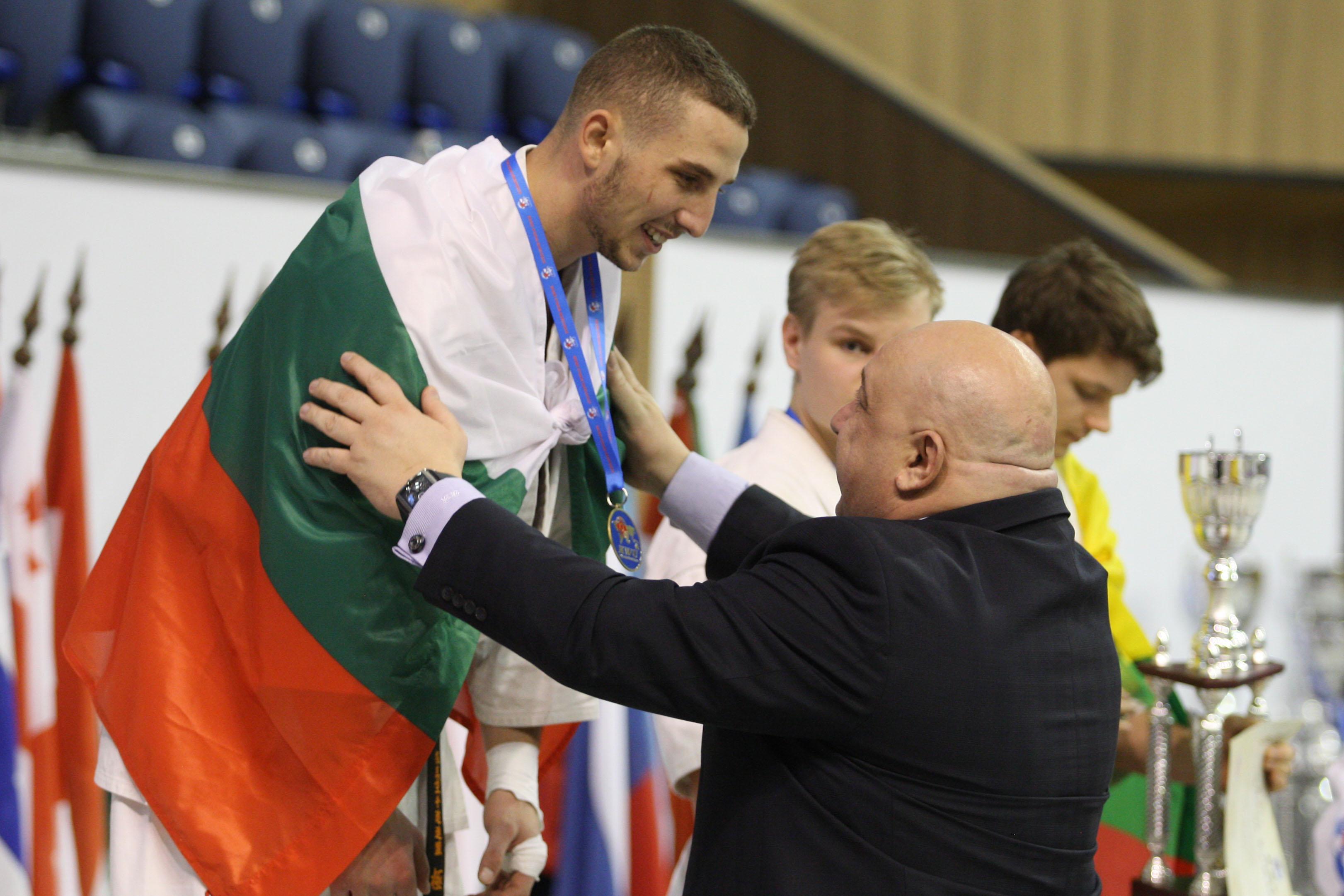 Двама българи отличени за техника и боен дух от KWU