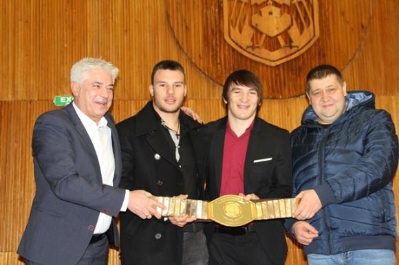 Даниел Александров с уникален подарък за кмета на Дупница