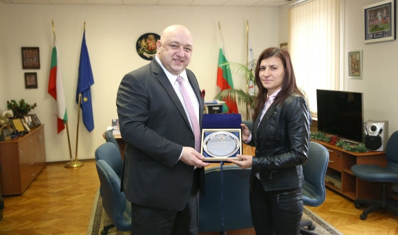 Стойка Петрова с почетен плакет от министерството на спорта