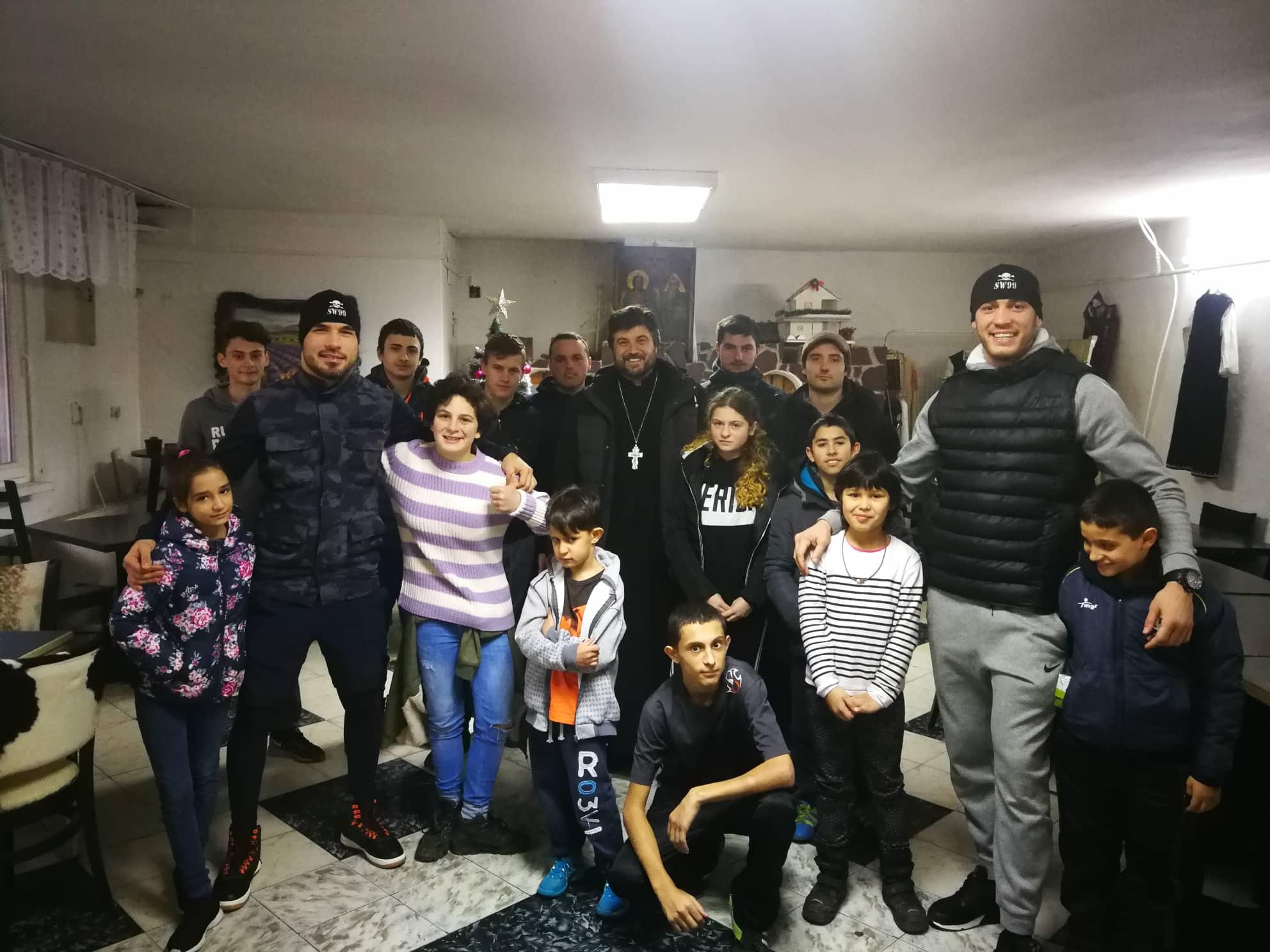 Даниел Илиев и Георги Валентинов зарадваха деца от дом за сираци (ВИДЕО)