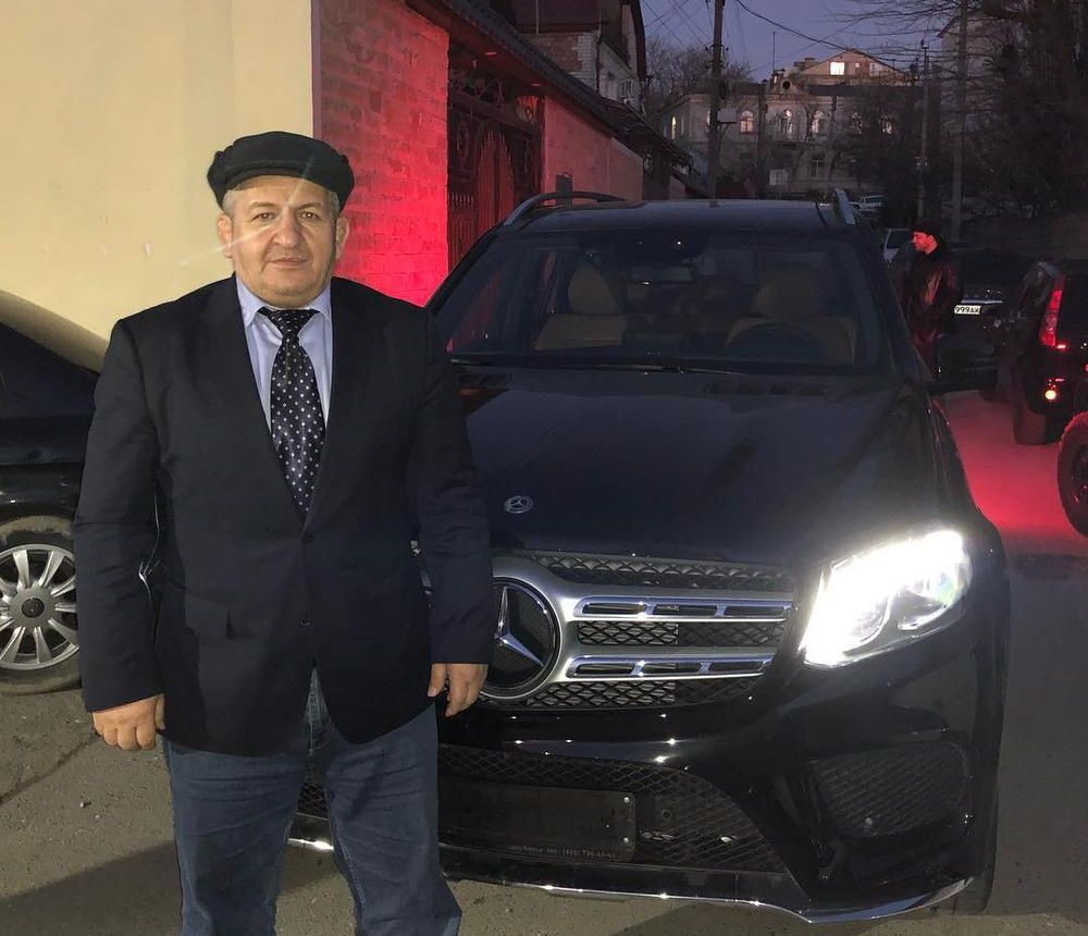 Кадиров раздава щедри подаръци, бащата на Хабиб получи мощен Мерцедес