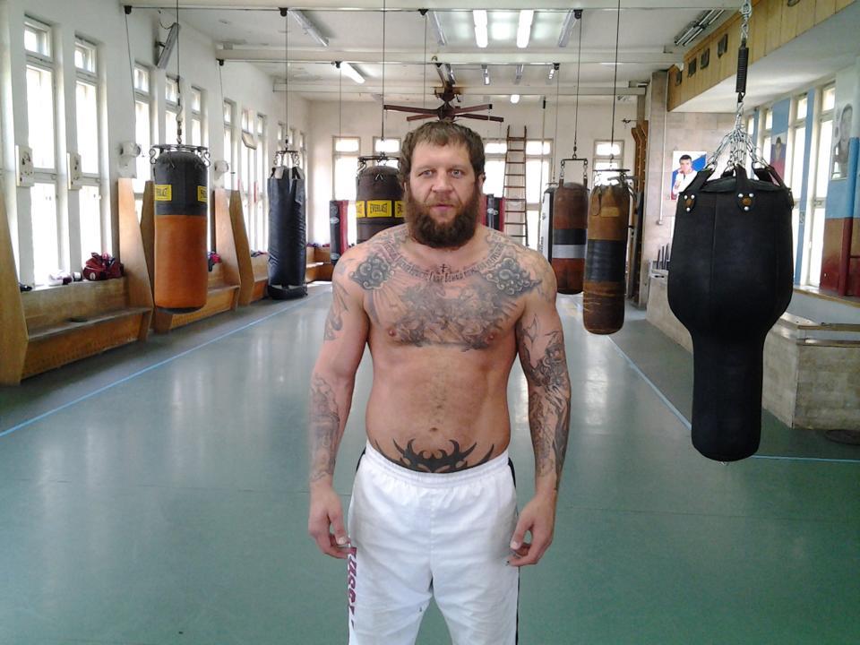 Емелианенко в боксов двубой срещу щангист (ВИДЕО)
