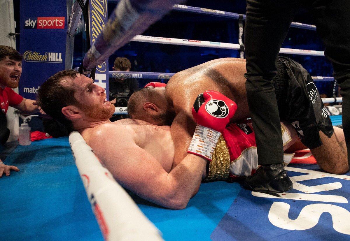 След успешен тейкдаун боксьор захапа корема на противника си (ВИДЕО)