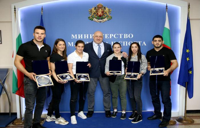 Наградиха с почетни плакети медалистите от Европейското по борба