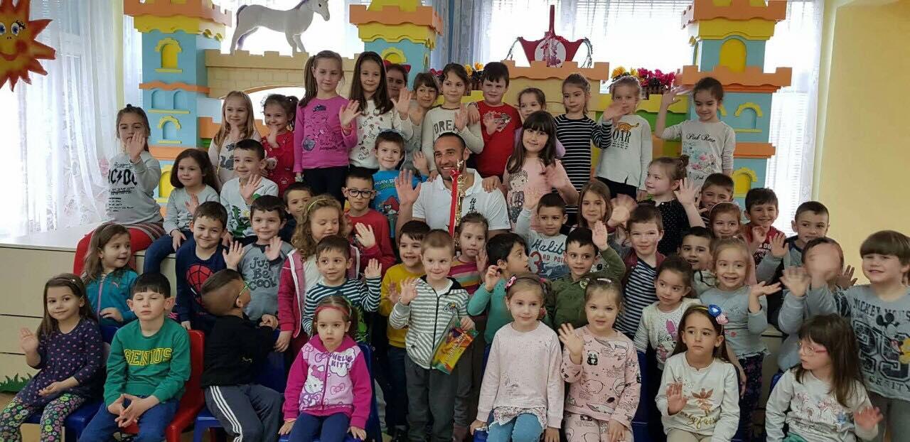 Световен шампион по киокушин чете приказки на деца (СНИМКИ)