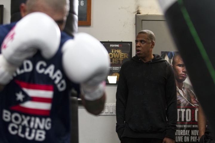 Боксьор праща на съд Джей Зи