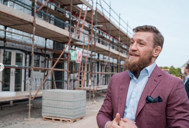 Конър Макгрегър строи къщи за сънародниците си