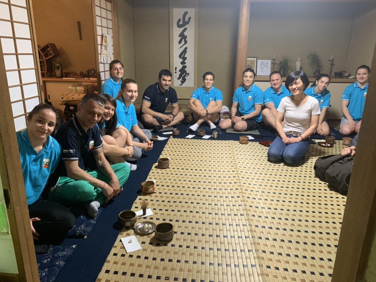 Четирикратна олимпийска шампионка тренира с националките по борба