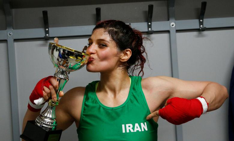 Първата иранка с международна титла избяга от родината си