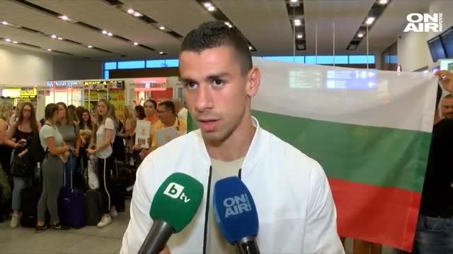 Фенове посрещнаха Копривленски на летището в Бургас (ВИДЕО)