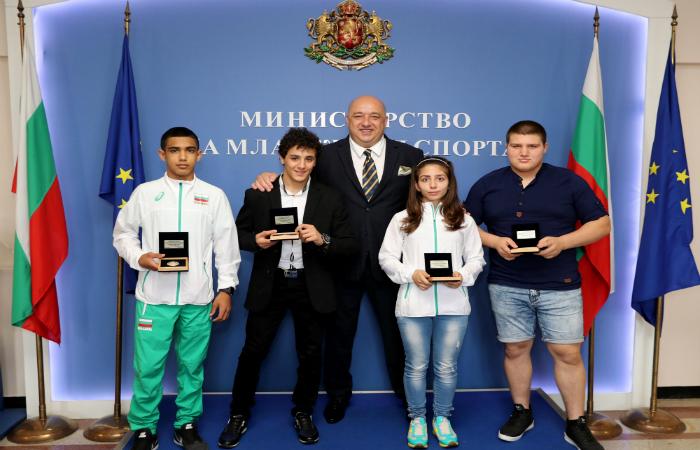 Красен Кралев награди медалистите от Европейското по борба за кадети