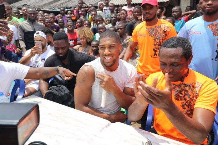 Джошуа се върна към корените си в Нигерия (ВИДЕО)
