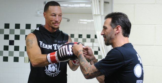 Боксьорът на рок звезда дебютира със светкавичен нокаут