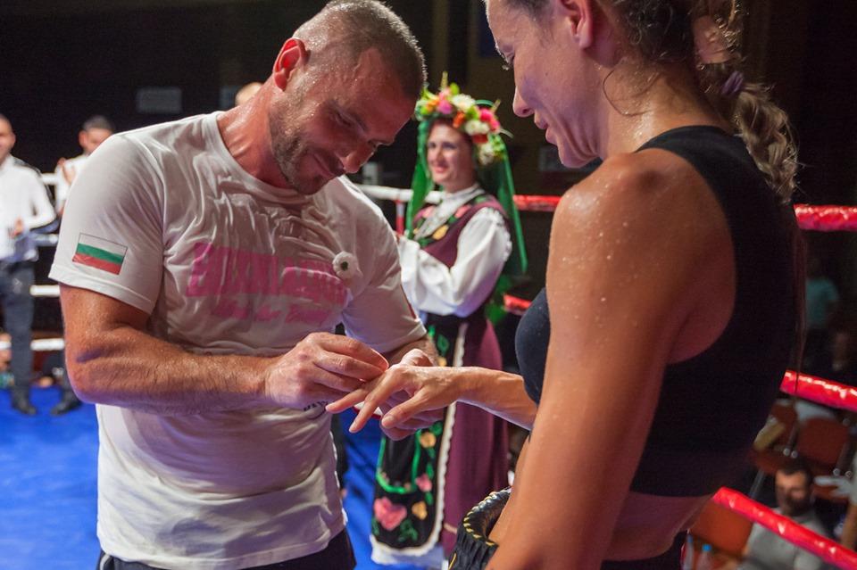 Мениджър предложи брак на наша боксьорка по време на мач
