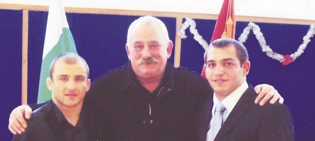 Радослав Великов плати операцията на треньора си