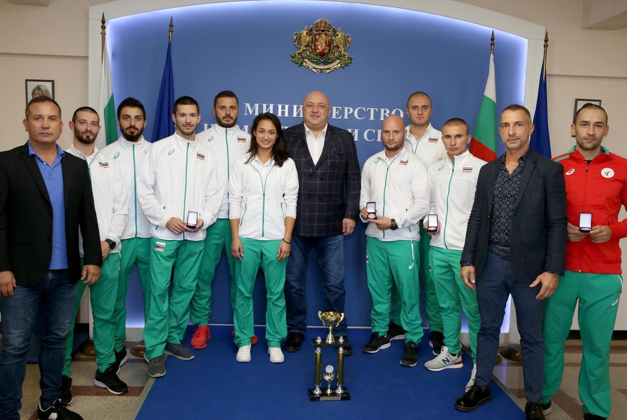 Министър Кралев награди световните шампиони по шотокан