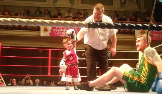 Момче с нужда от трансплантация нокаутира шампион по бокс