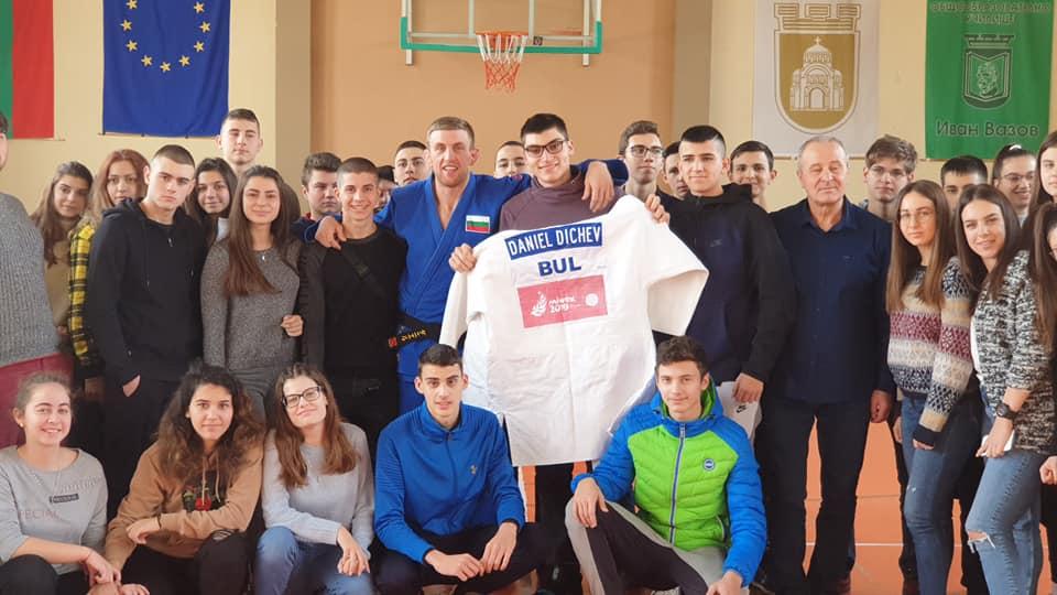 Даниел Дичев зарадва ученици в Плевен