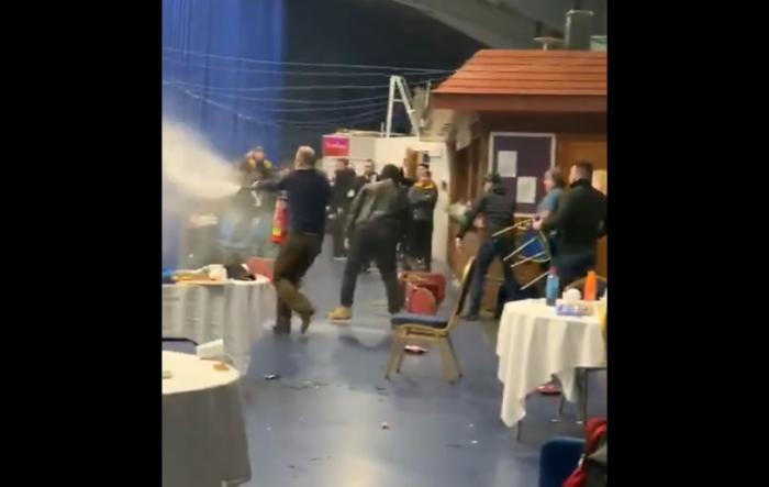 Хаос, бой и безредици белязаха турнир по бокс в Англия (ВИДЕО)