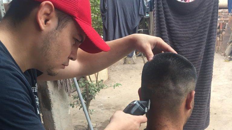 Световен шампион смени ръкавиците с машинка за подстригване (СНИМКИ)