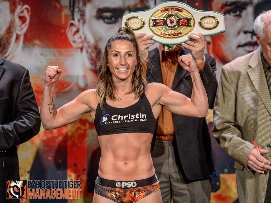 Красива боксьорка спря със спорта, за да помага срещу COVID-19