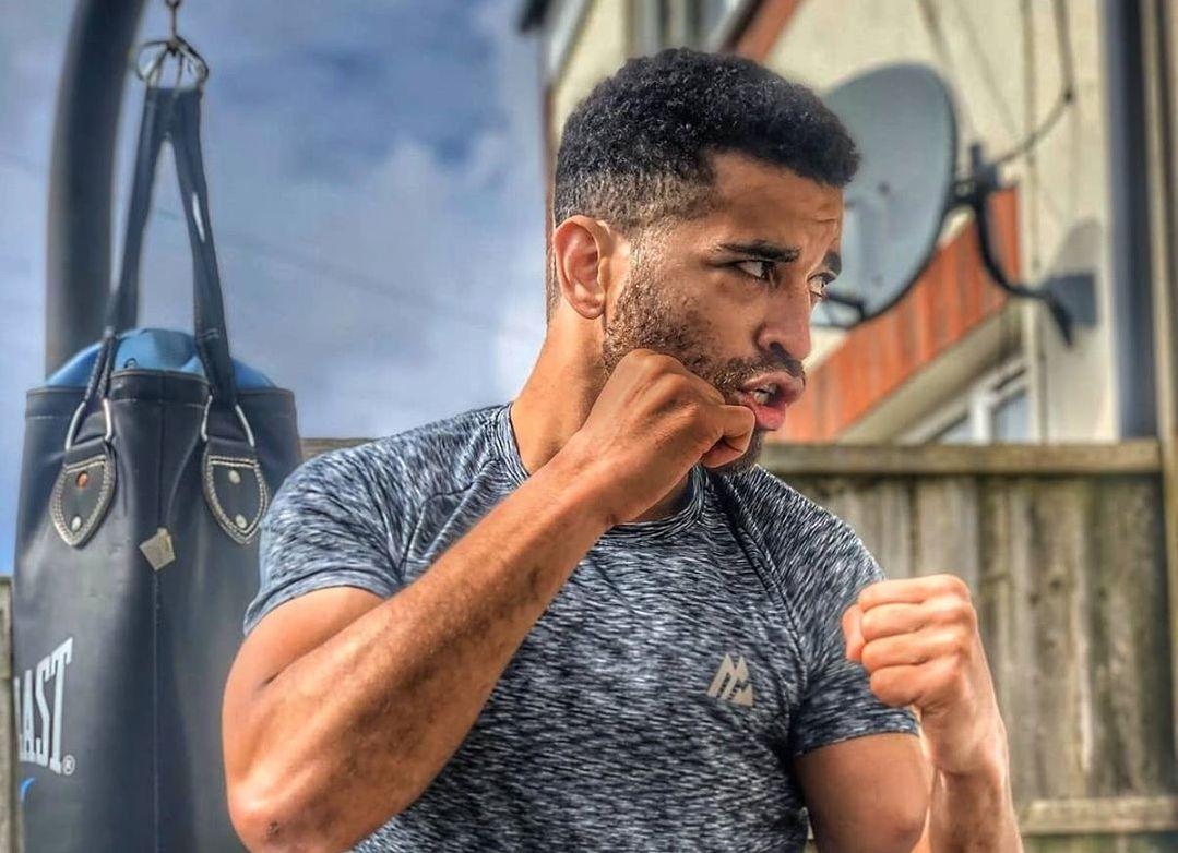 Шампион по бокс показа как да се нокаутираш сам ВИДЕО