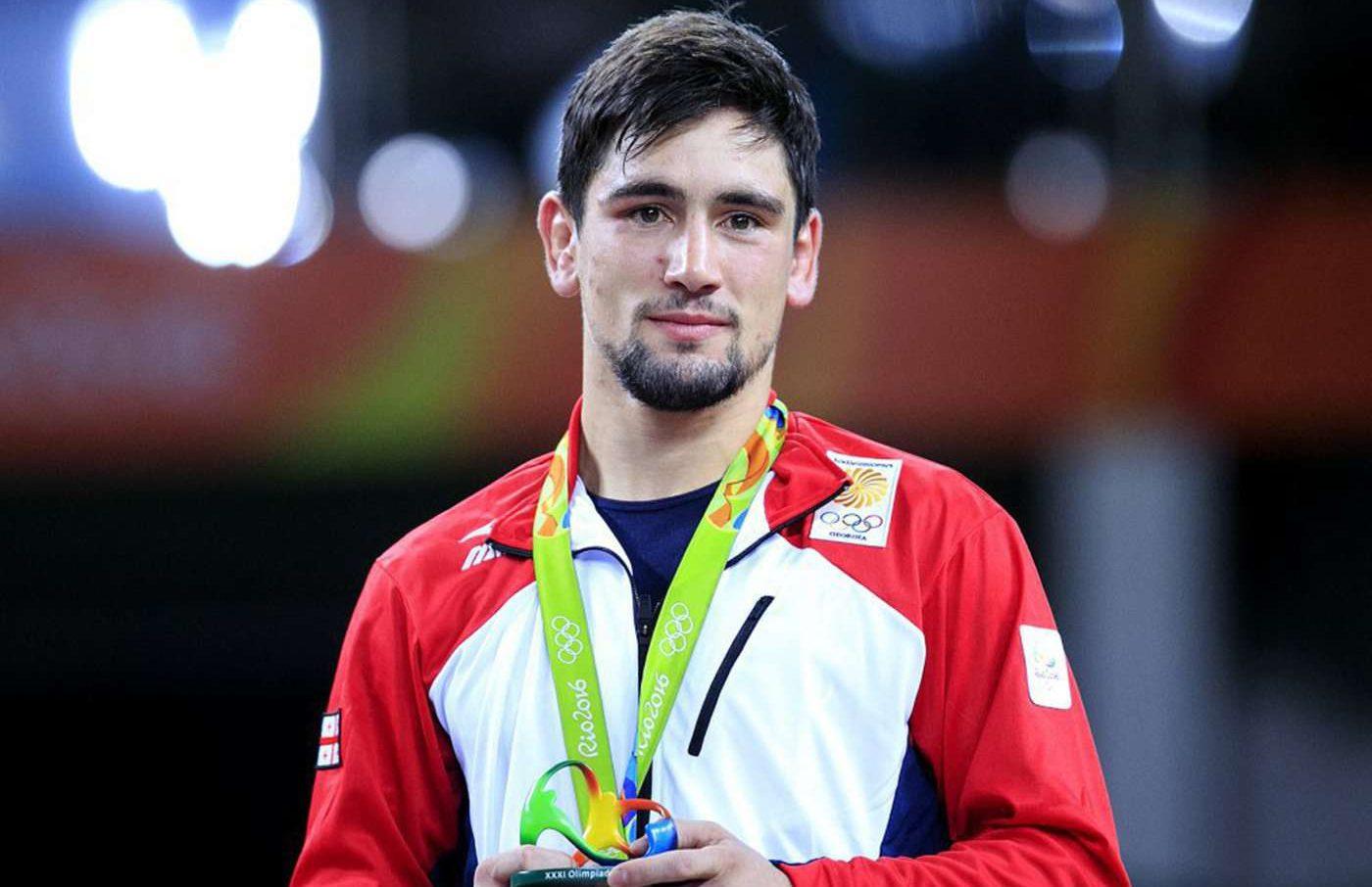 Олимпийски шампион по борба се върна към детството (СНИМКИ)
