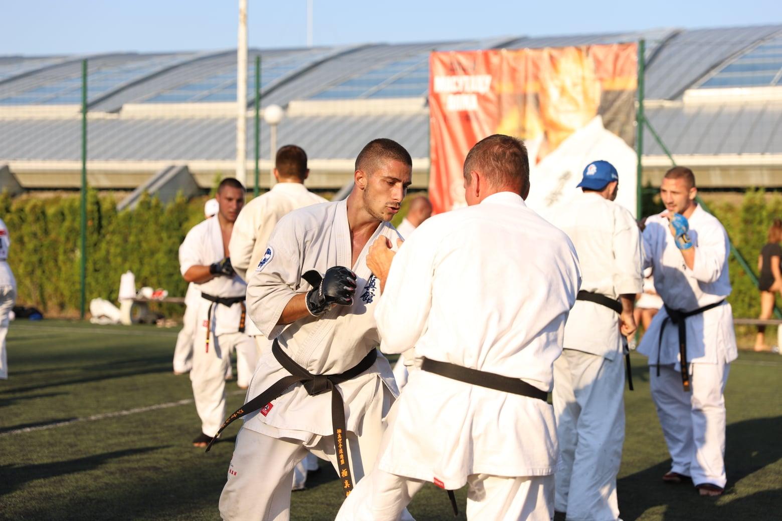 12 състезатели и треньори от Българска карате киокушин федерация повишиха степените си