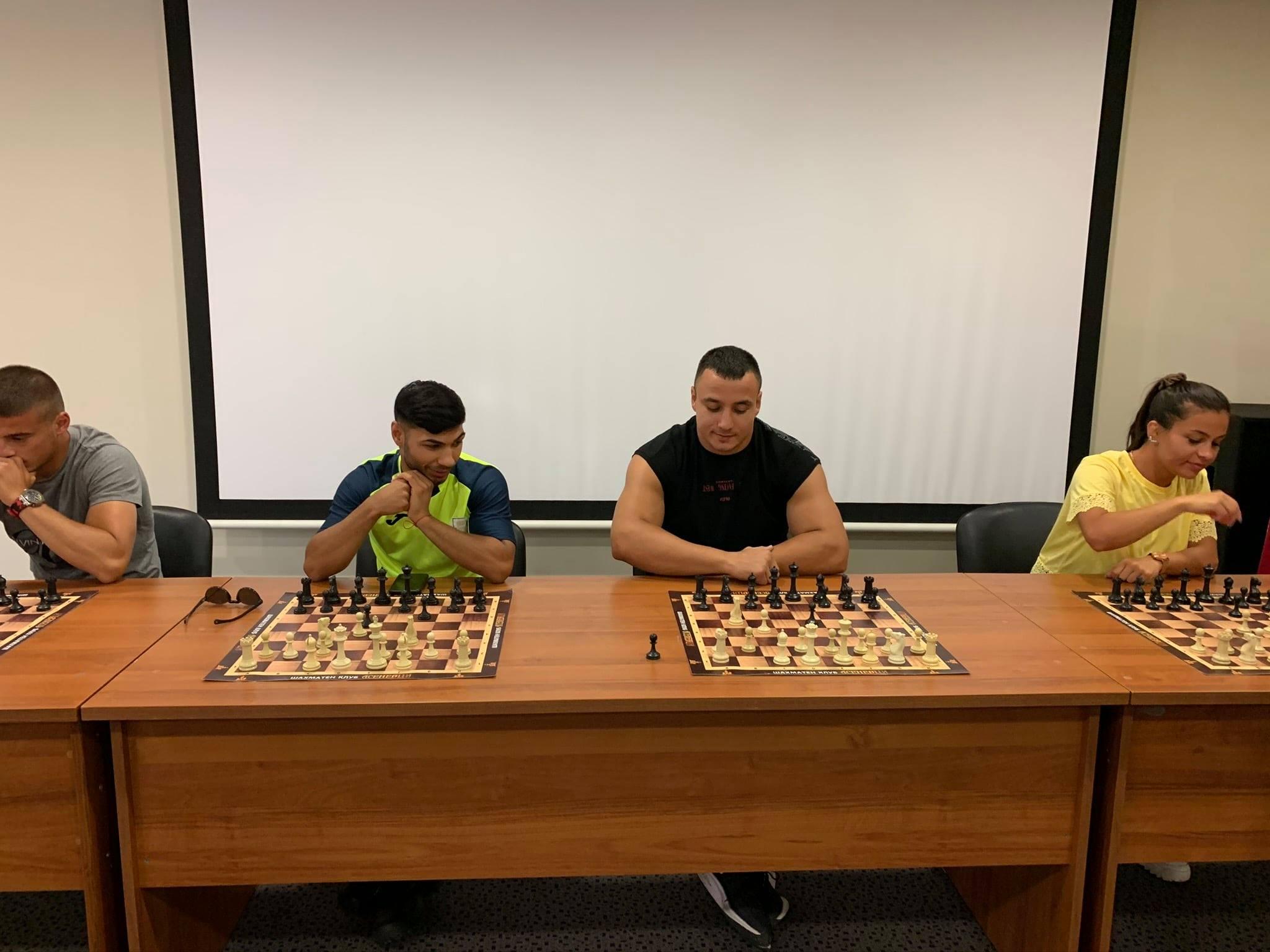 Звезди от бокса, Елица Янкова и Темелков се пробваха в шаха (СНИМКИ)