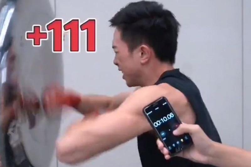 Шампион по бокс пусна 111 удара за 10 секунди (ВИДЕО)
