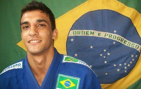 Братът на звезда от UFC подписа с бразилска верига