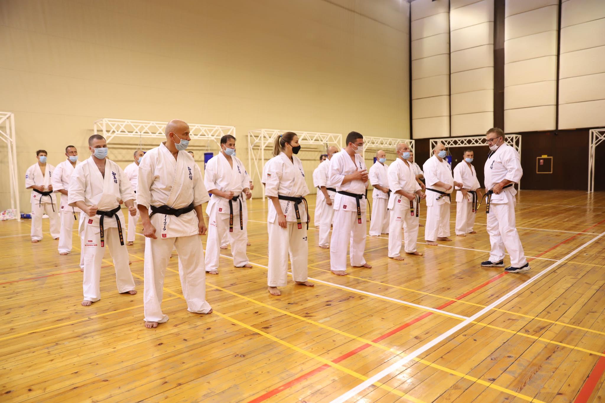 Инструкторски семинар по киокушин събра 40 черни колана