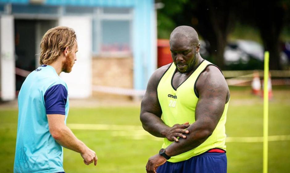 Футболен звяр поиска кеч мач срещу колеги-здравеняци