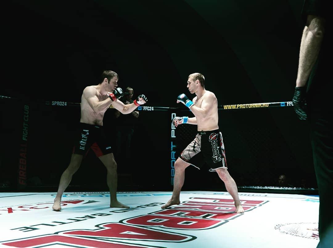 Боец се би срещу двама и ги нокаутира ВИДЕО