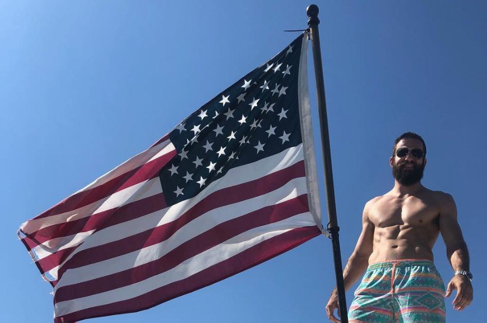 Боксьор се бори за живота си след мач с голи ръце