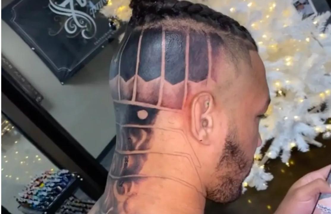 Кевин Лий си татуира главата (ВИДЕО)
