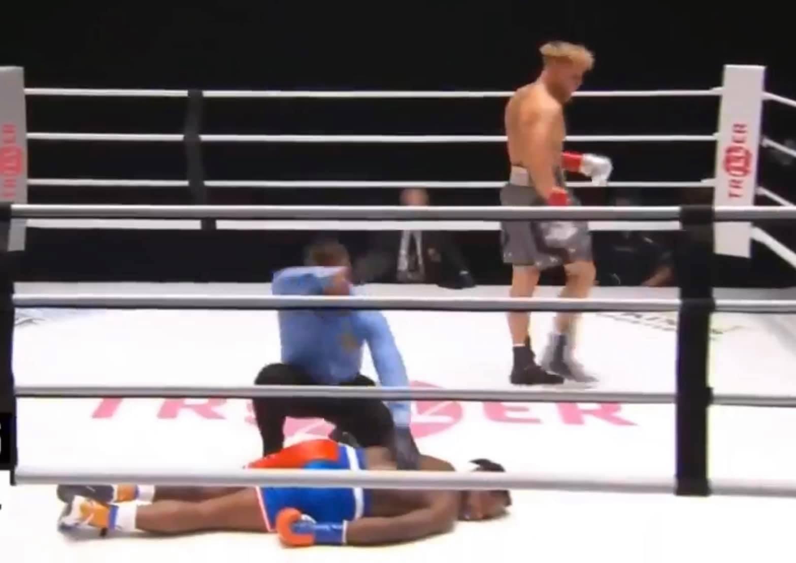 Брутално нокаутираха баскетболна звезда в дебюта му на ринга (ВИДЕО)