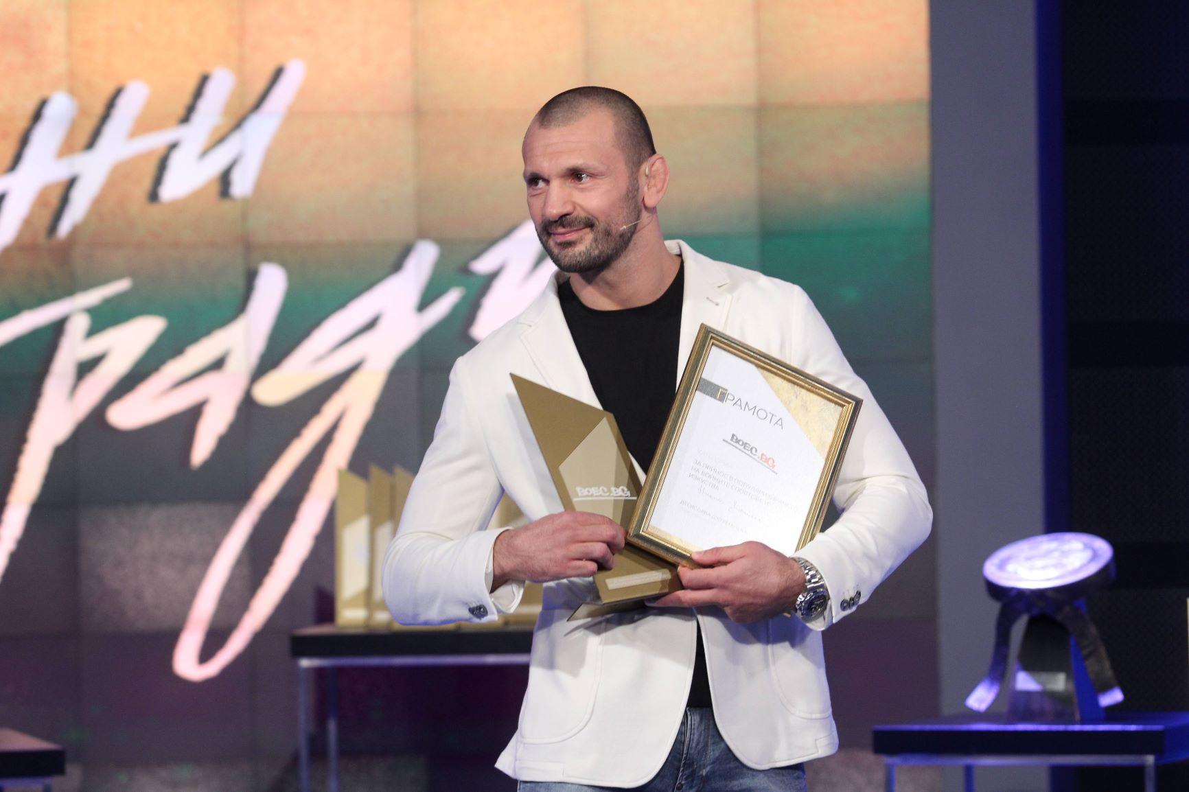 """Никола Дипчиков с наградата на """"Boec.BG"""" за 2020 (ВИДЕО)"""