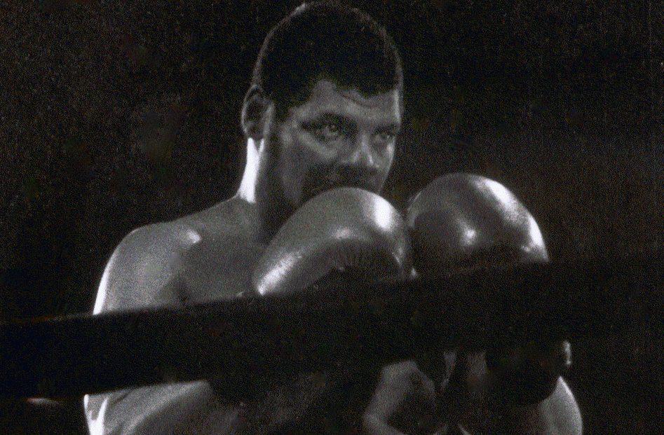 Почина боксьорът, свалил Мохамед Али от върха