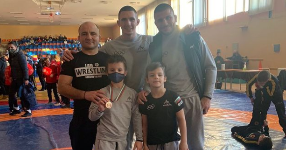 Син на световен шампион по борба стартира с медал в първото си състезание (СНИМКА)