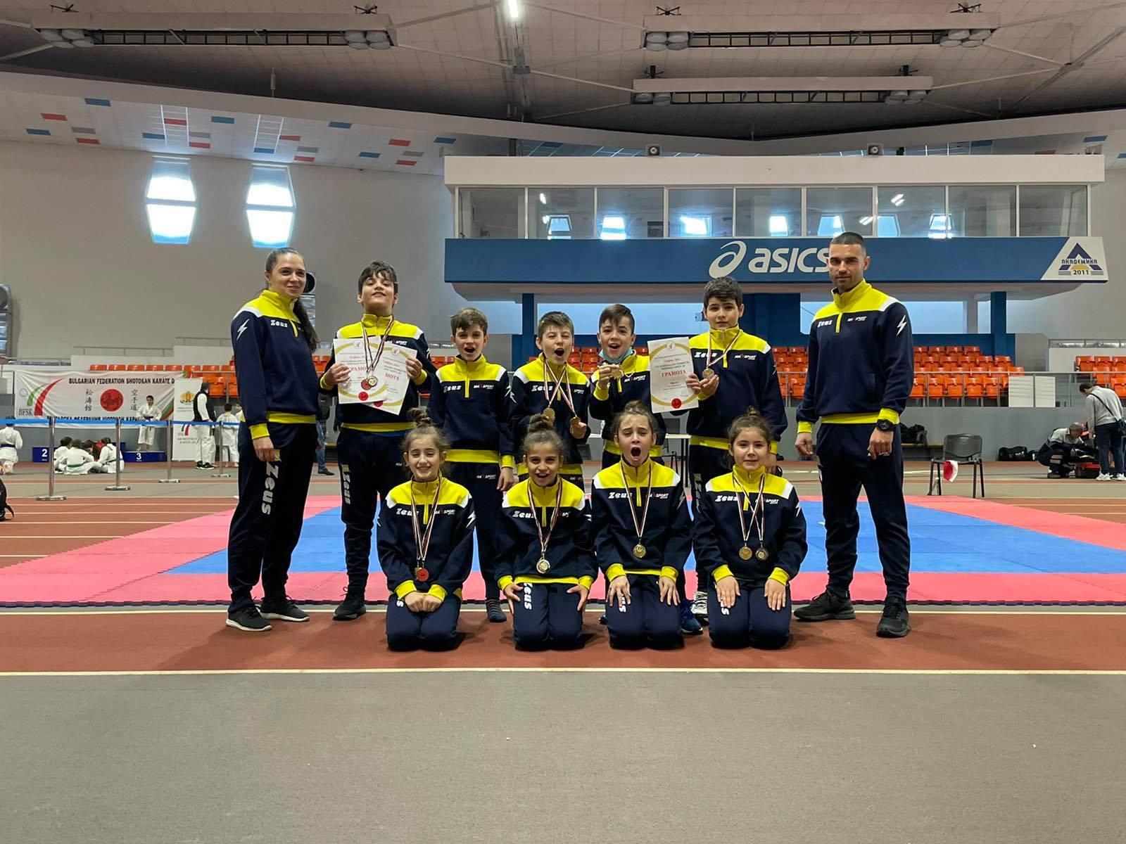 """Децата на """"Макс спорт"""" с титлата от Националното по шотокан"""